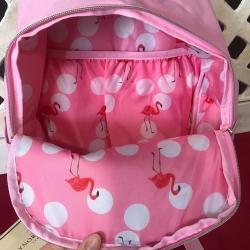 Ya tenemos la nueva mochila de @gaynorminden_europe !! La definición perfecta… Es taan cuqui! 😍  Pequeña, con bolsillos interiores, en el color del verano y encima con 🦩 en su interior. Nos encanta! #mochiladelverano #cosascuquis #gaynorminden