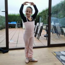 No nos hemos podido resistir a enseñárosla. Así de contenta posaba esta pequeña bailarina con su nuevo mono! Gracias por compartir con nosotras la ilusión de las peques! #littledancer #ilusionada #monosdedanza @intermezzodance